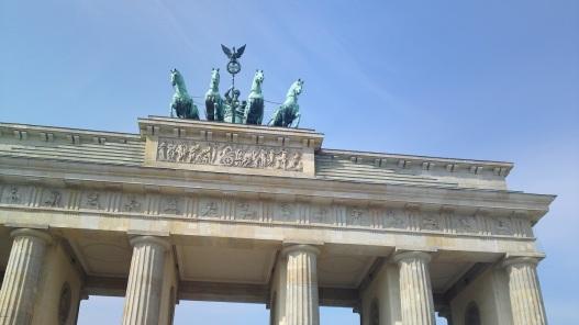 Das Bild zeigt die Reiter auf dem Brandenburger Tor