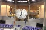 Das Bild zeigt den Bundes-Adler im Plenarsaal des Bundestages