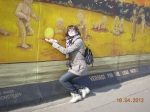 Das Bild zeigt eine Stadtteilmutter an den Überresten der Berliner Mauer
