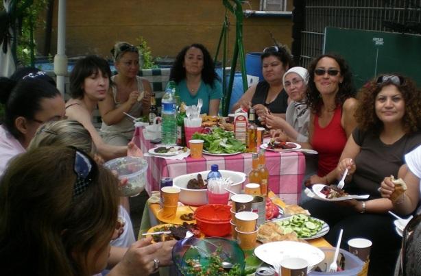 Das Bild zeigt die Stadtteilmütter beim Essen