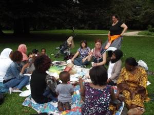 Das Bild zeigt die Gruppe beim Picknicken